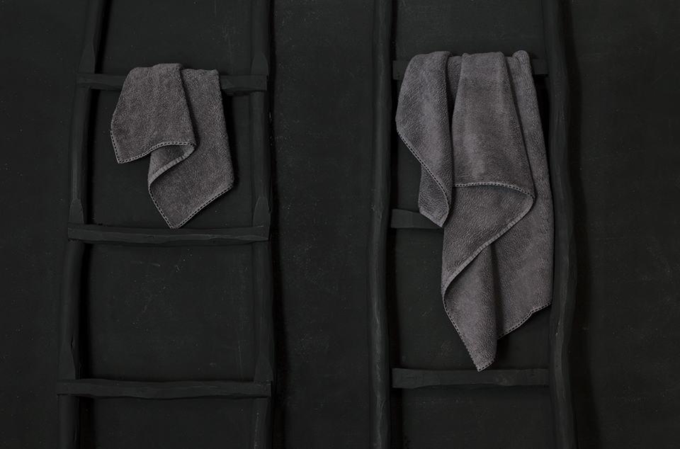 Serviette de bain haut de gamme  anthracite broderie main noire